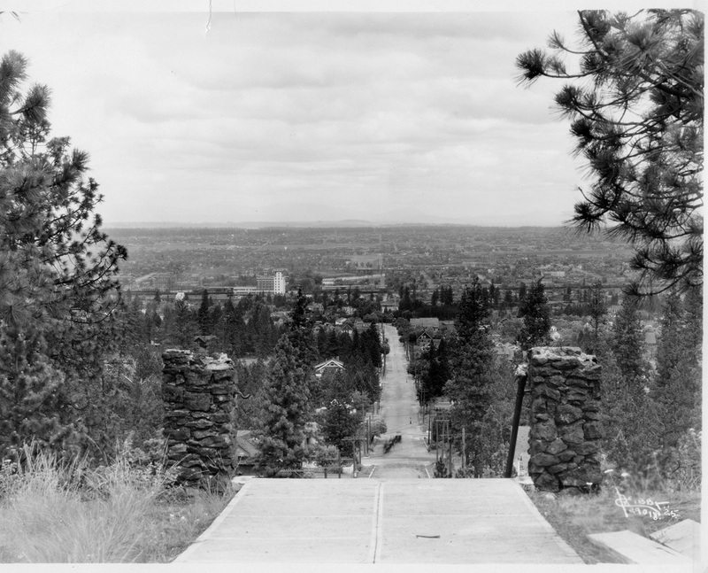 A view from the top of the bluff at the end of Perry Street, looking north, 1925 (image L878-1.29018-25)