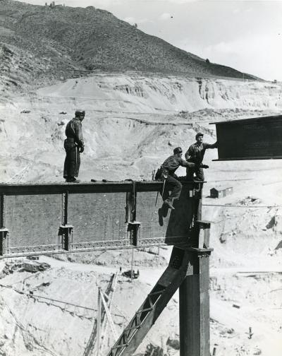Installing I-Beams&lt;br /&gt;<br /> Grand Coulee Dam Construction