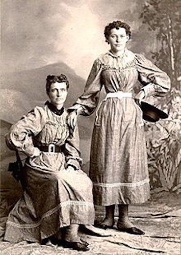 Helga (left) with her daughter Clara, 1897