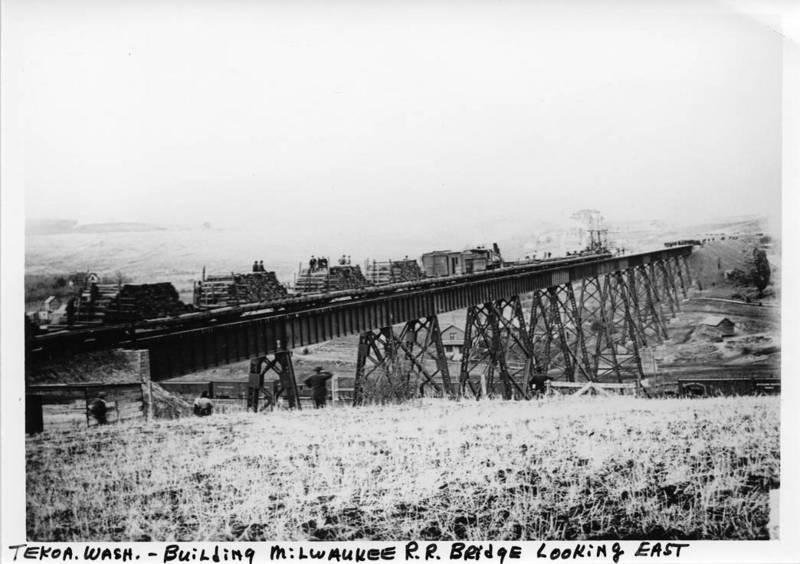 Laying ties on the Milwaukee Road Bridge, 1908